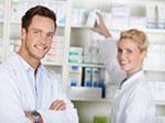 Ein männlicher Angestellter und eine weibliche Angestellte in einer Apotheke