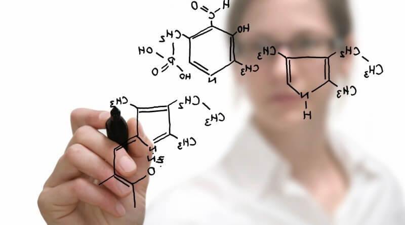 Eine Chemikerin notiert Strukturformeln organischer Substanzen
