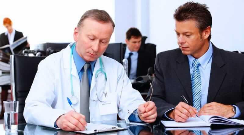 Klinischer Monitor und Arzt besprechen die Durchführung einer Studie