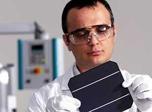 Ein Entwicklungsingenieur in der Photovoltaik bei der Arbeit