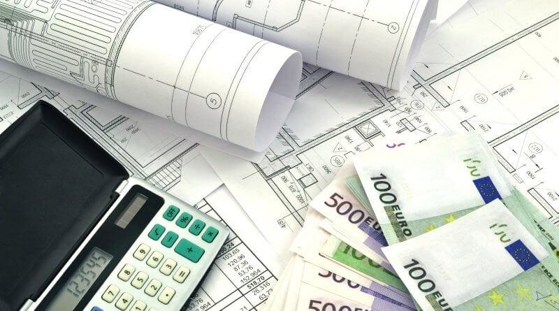 Dokumente, Taschenrechner und Bargeld.Ingenieure im Einkauf müssen sowohl die Finanzen als auch die geplanten Projekte im Auge behalten