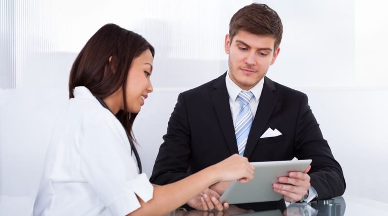 Klinischer Monitor im Kundengespräch