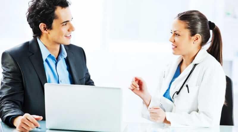 Ein Pharmareferent im Gespärch mit einer Ärztin