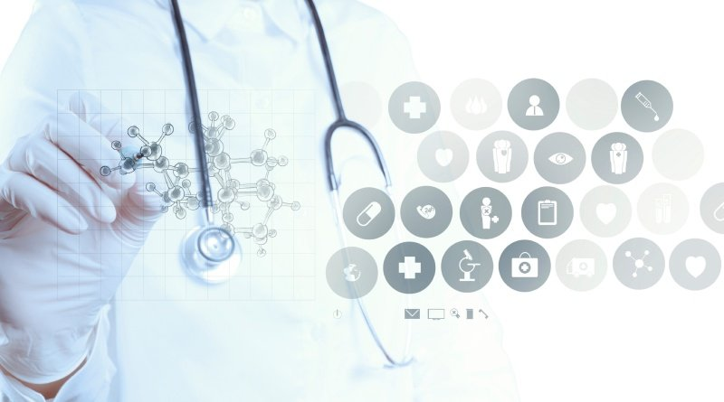 Ein Arzt zeichnet eine chemische Struktur, daneben sieht man verschiedene Icons aus der Steuerung der digitalen, medizinischen Erfassung von Patientendaten