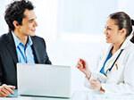 Ein Pharmareferent im Gespräch mit einer Ärztin