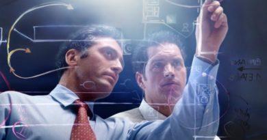Projektmanager im Qualitätsmanagement bei der Planung auf einem digitalen Touchfeld
