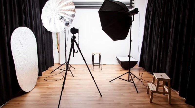 Ein Fotostudio mit Lichtern und verschiedenen Hintergründen