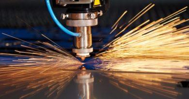 Ein Laserstrahl schneidet Materialien mit Funkenbildung
