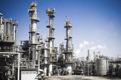 Raffinerieanlage mit Schornsteinen