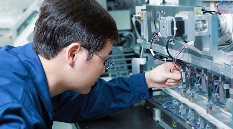Elktroingenieur bei der Arbeit