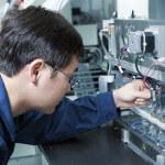 Elektroingenieure bei der Arbeit an Automatisierungsanlagen