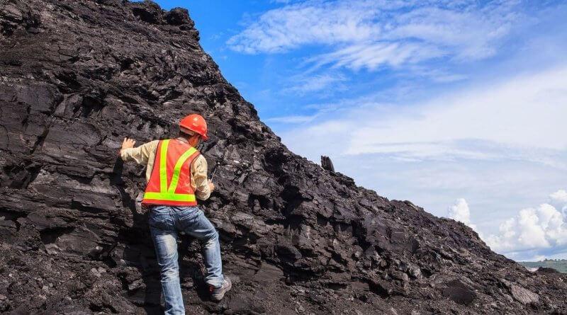 Ein Geowissenschaftler auf einem Berg zur Kohleuntersuchung
