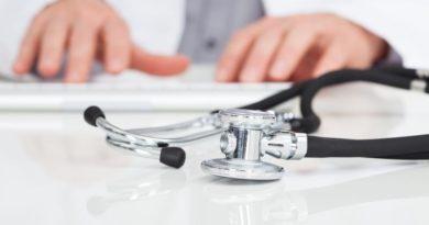 Ärzte nach der Diagnosestellung mit Stehtoskop