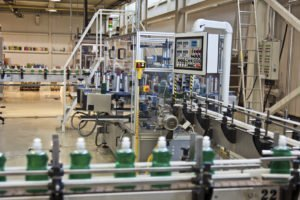 Produktionsstrasse überwacht durch Naturwissenschaftler