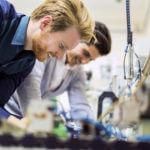 Junge Ingenieure bei der Arbeit in der Produktion