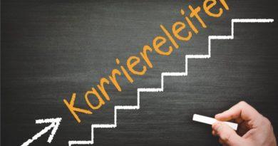 """Auf einer Tafel mit Kreide gezeichnetete Treppe. Über der Treppe steht """"Karriereleiter"""""""