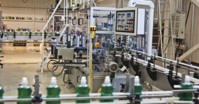 Maschinen für Forschungszwecke in einer industiellen Halle