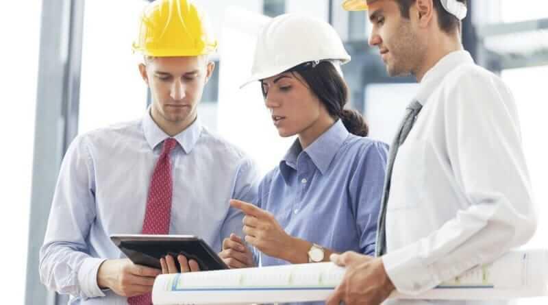 Drei Bauingenieure bei der Arbeit