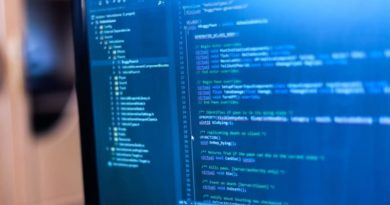 Prgroamm code auf einem Rechner in blauen Farben