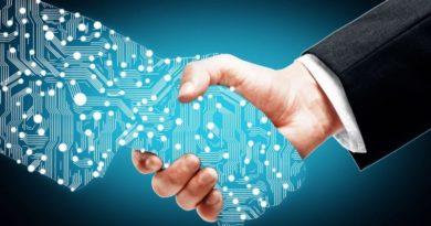 Handschlag zwischen einer digitalen und einer normalen Hand
