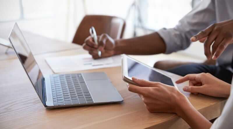 Consultants bei der Arbeit am Laptob und Tablet