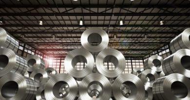 Gestapelte Stahlrollen in einer Stahlfabrik
