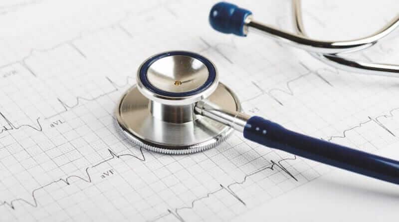 Ein Stethtoskop auf einem Kardiogramm Konzept für Herzbehandlungen