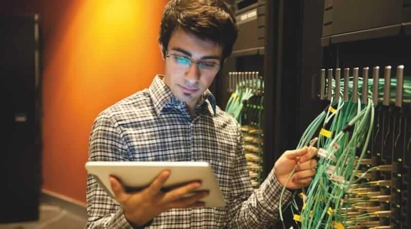 Systemadministrator / Netzwerkadministrator bei der Arbeit in einem Serverraum