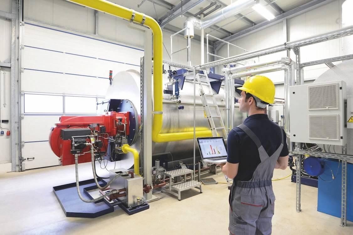 Ein Techniker beim kontrollieren einer Heizungsanlage