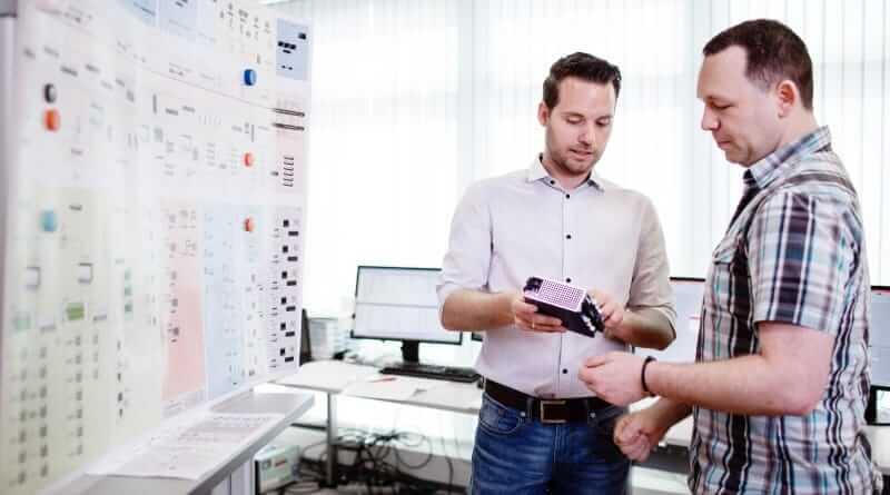 Projektingenieure der Prozessautomation beim arbeiten im Büro