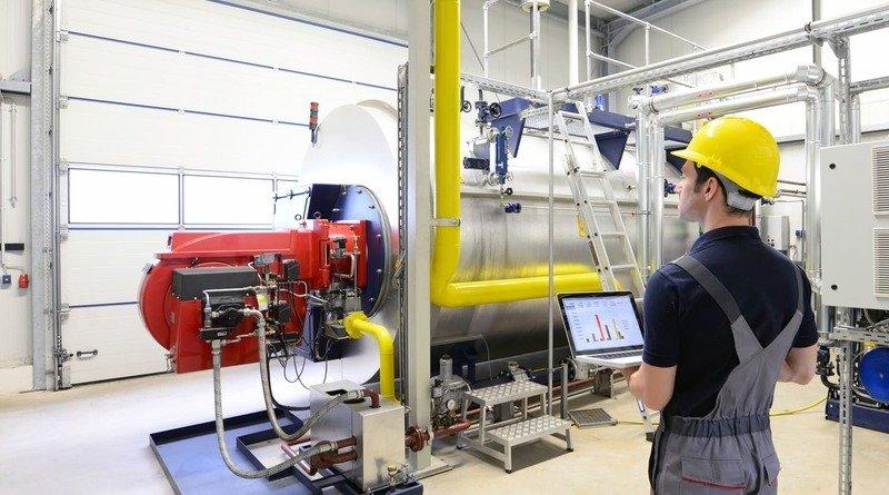 Techniker bei der Kontrolle einer Heizungsanlage