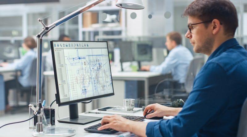 Ein Ingenieur sitzt an seinem Computer und arbeitet
